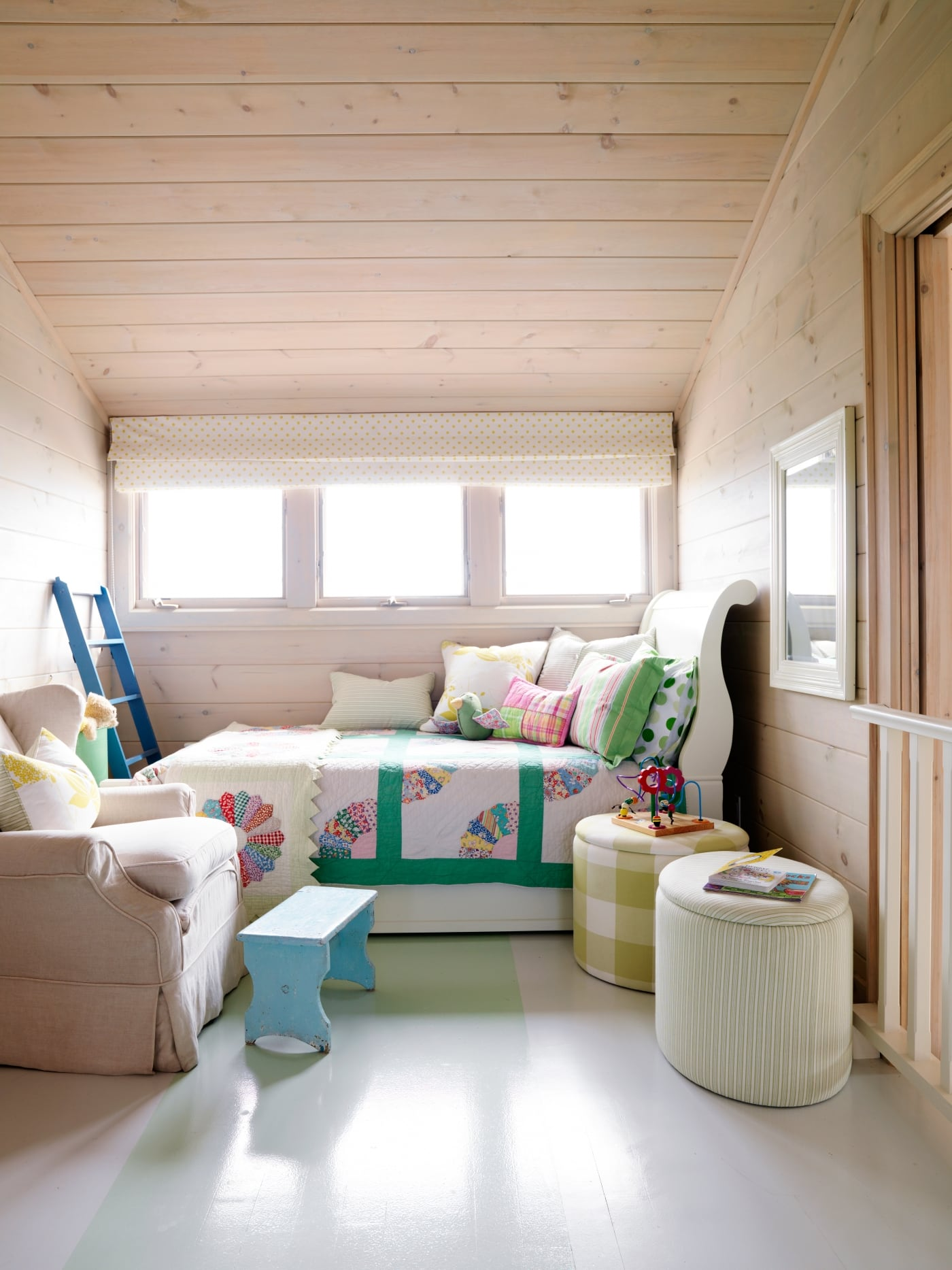 Single bed lined up on wall with windows over top. #SarahRichardson #cottagestyle #knottypine