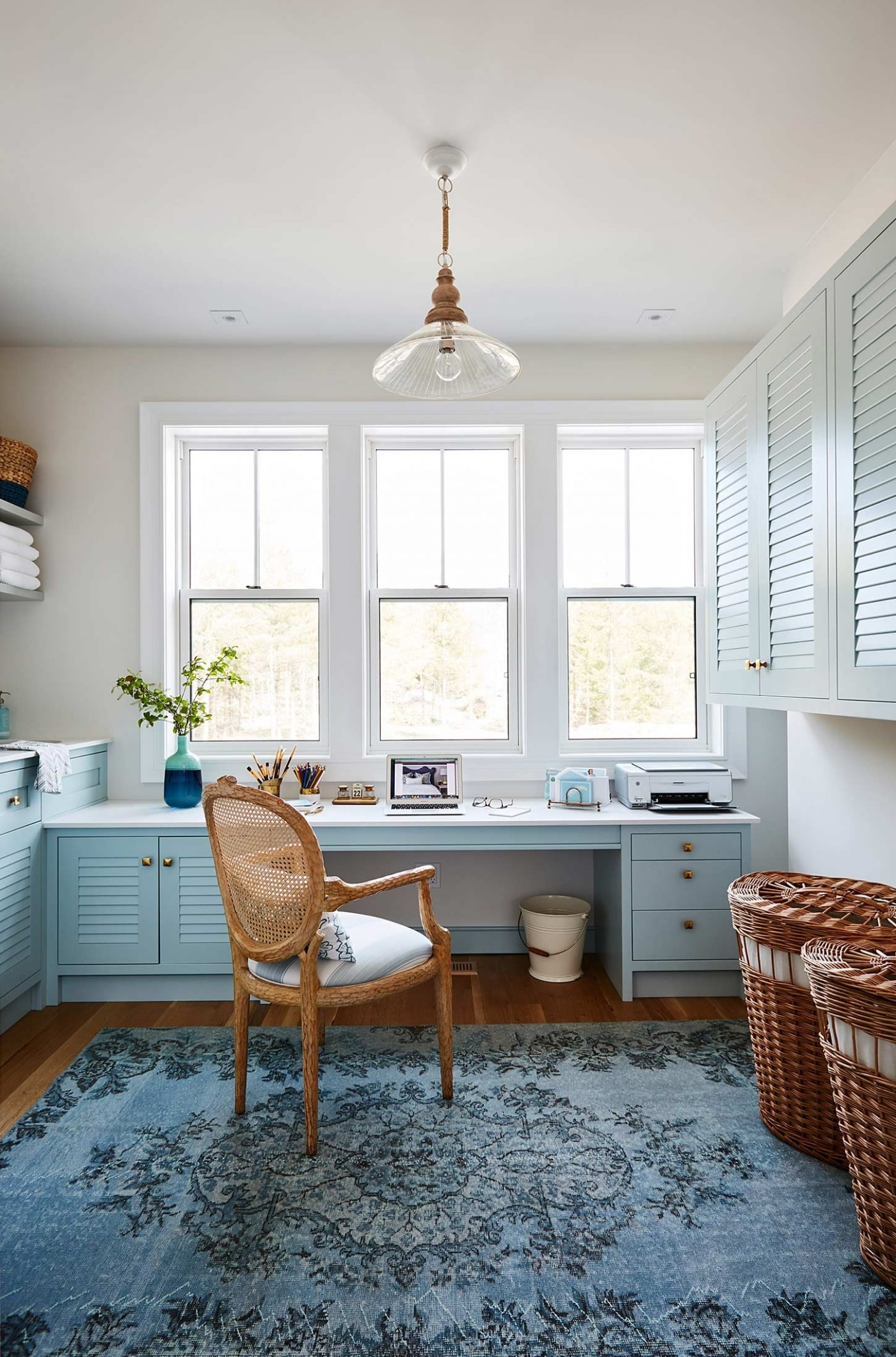 Turquoise and bold blue in a modern farmhouse laundry room by Sarah Richardson. #laundryroom #blue #arearug