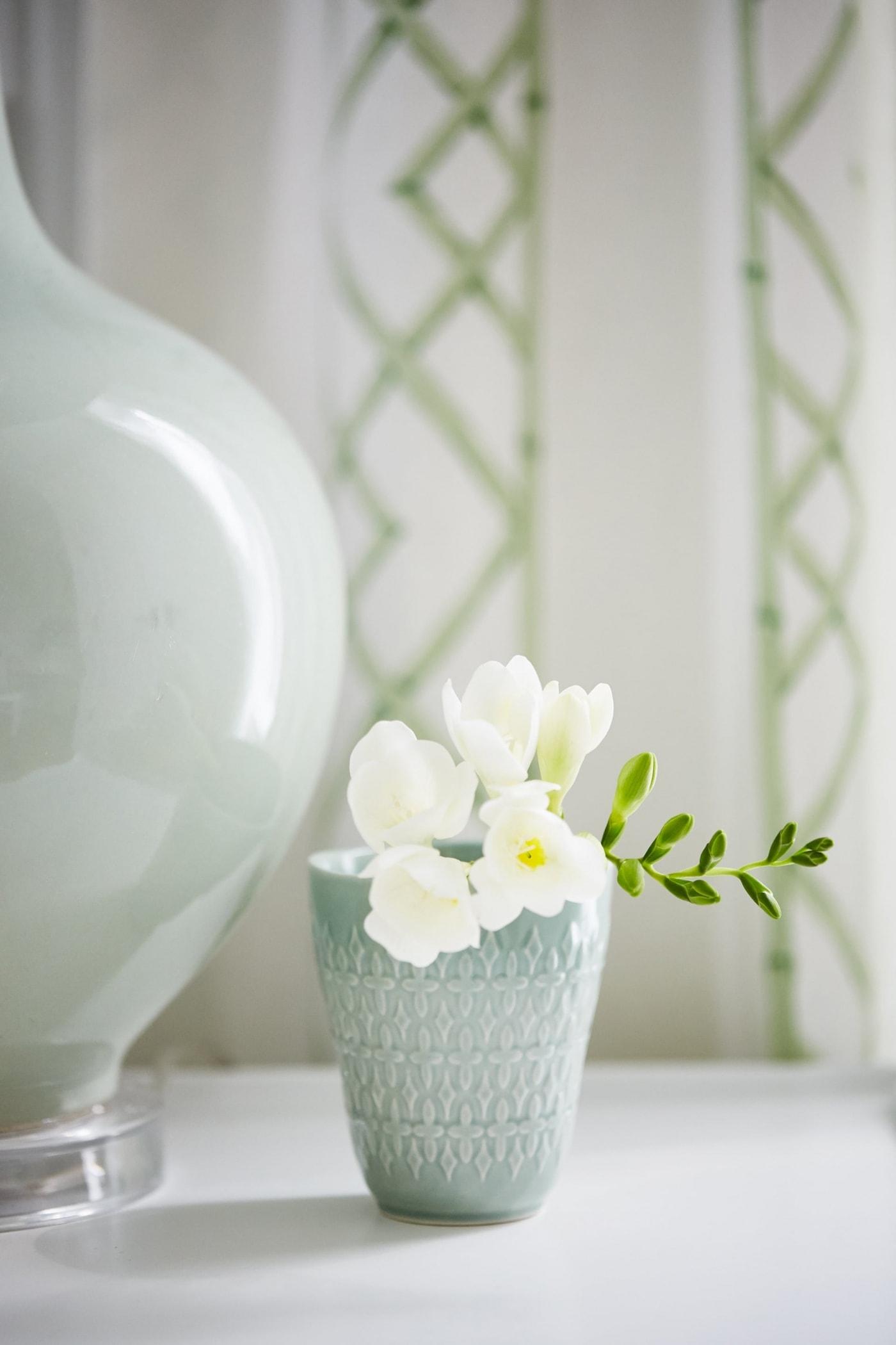 Beautiful aqua blue vase with white flowers and mint green lamp #aqua